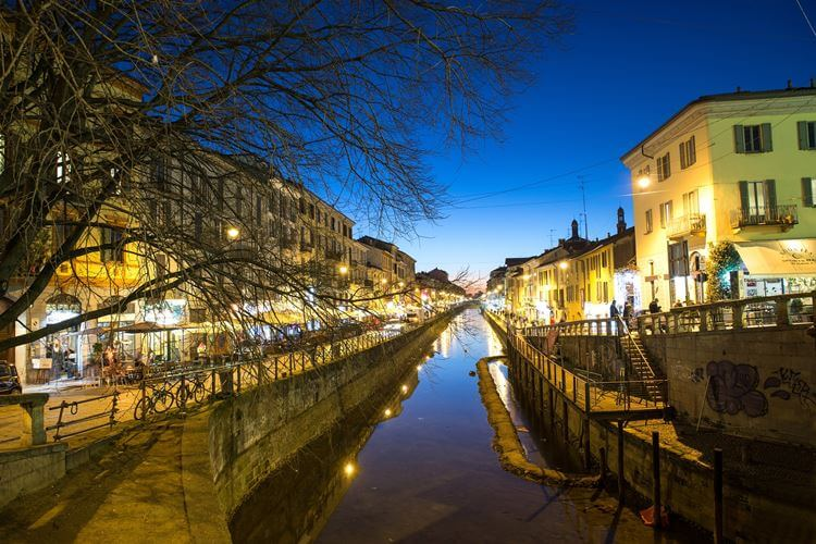 Milano sumrak kanal u Italiji